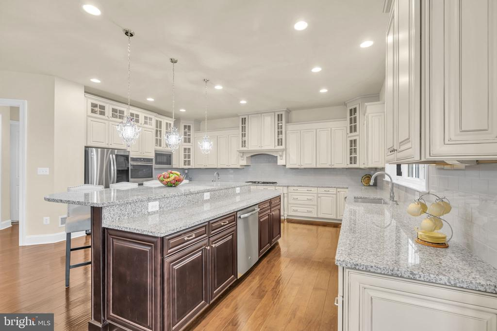 Main Gourmet Kitchen w/Upgraded Cabinetry & Island - 41219 TRAMINETTE CT, ASHBURN