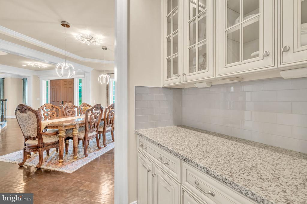 Butler Pantry w/Upgraded Cabinetry - 41219 TRAMINETTE CT, ASHBURN
