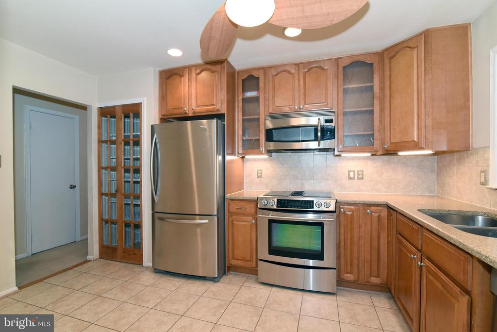 Updated kitchen with pantry - 12818 FANTASIA DR, HERNDON