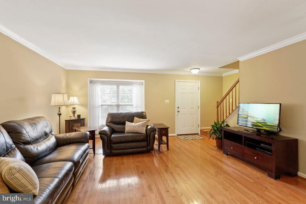 Hardwood floors throughout main and upper level - 22082 MANNING SQ, STERLING