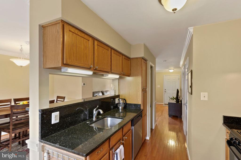Kitchen overlooking Dining Room - 22082 MANNING SQ, STERLING