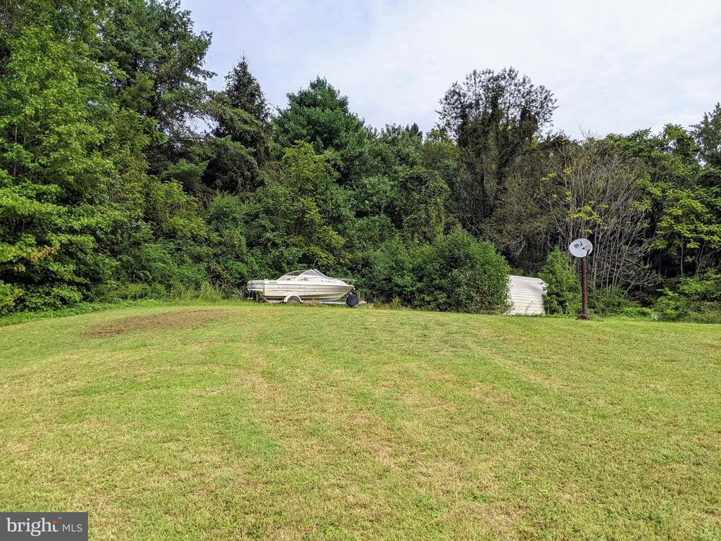 Right side rear yard (boat does not convey) - 11291 PINE HILL RD, KING GEORGE