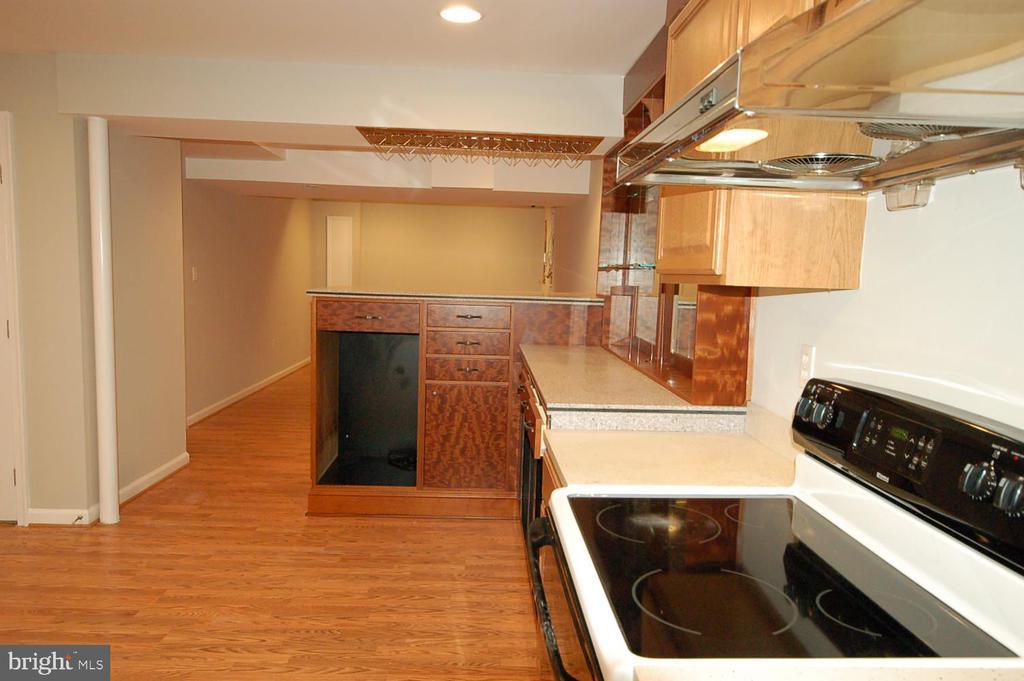 Kitchenette in basement with wine bar - 8599 EASTERN MORNING RUN, LAUREL