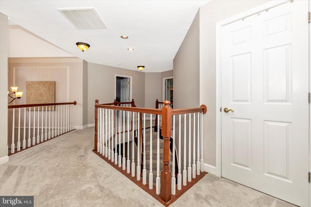 Upstairs hall - 9803 PEBBLE BEACH CT, IJAMSVILLE