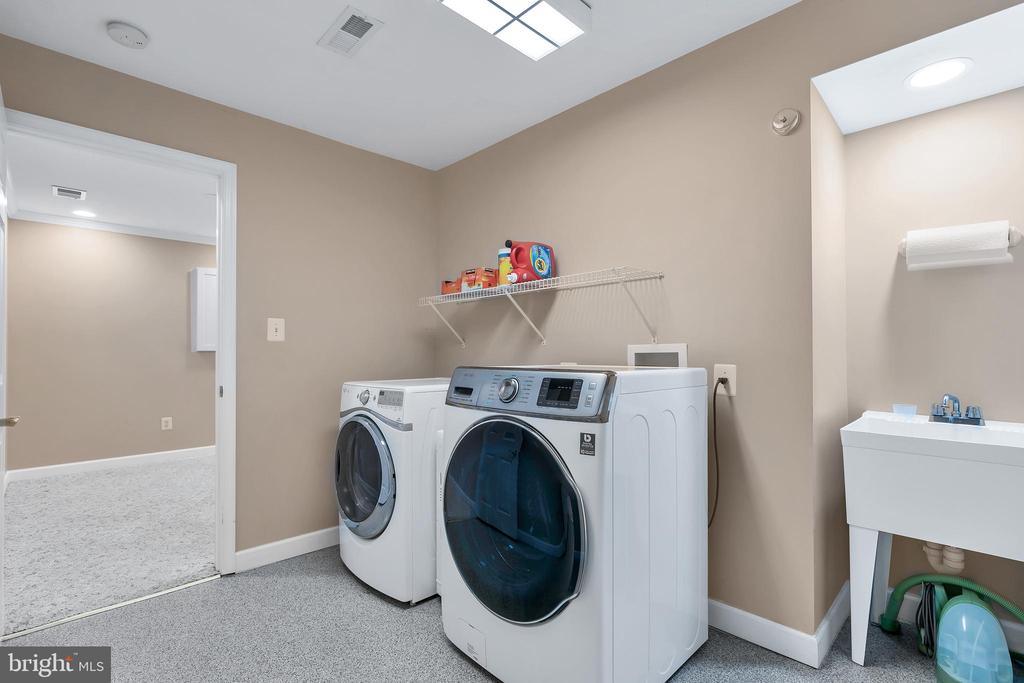 Laundry room with Laundry sink - 104 SHERIDAN WAY SW, LEESBURG