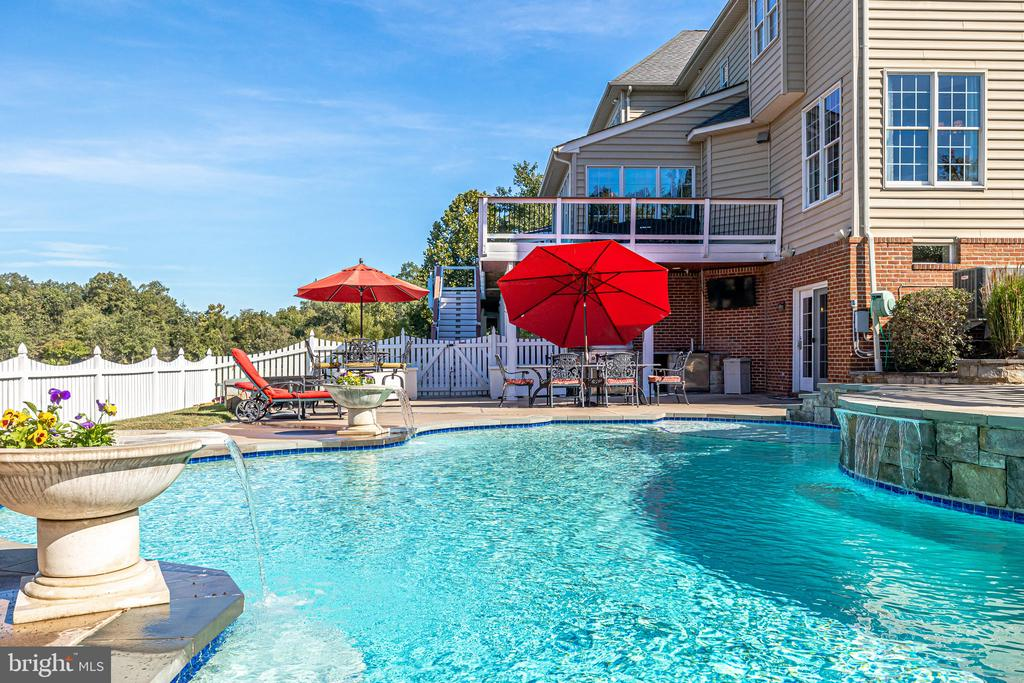 Incredible outdoor space with large custom pool. - 43400 BLANTYRE CT, ASHBURN