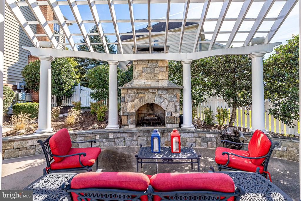 Relaxing & enjoyable evenings around the fire. - 43400 BLANTYRE CT, ASHBURN