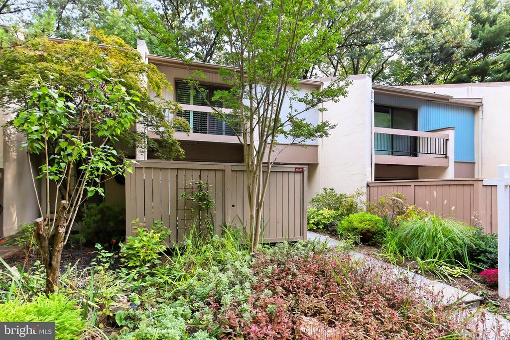 Professionally landscaped with year-round blooms - 11704 NEWBRIDGE CT, RESTON