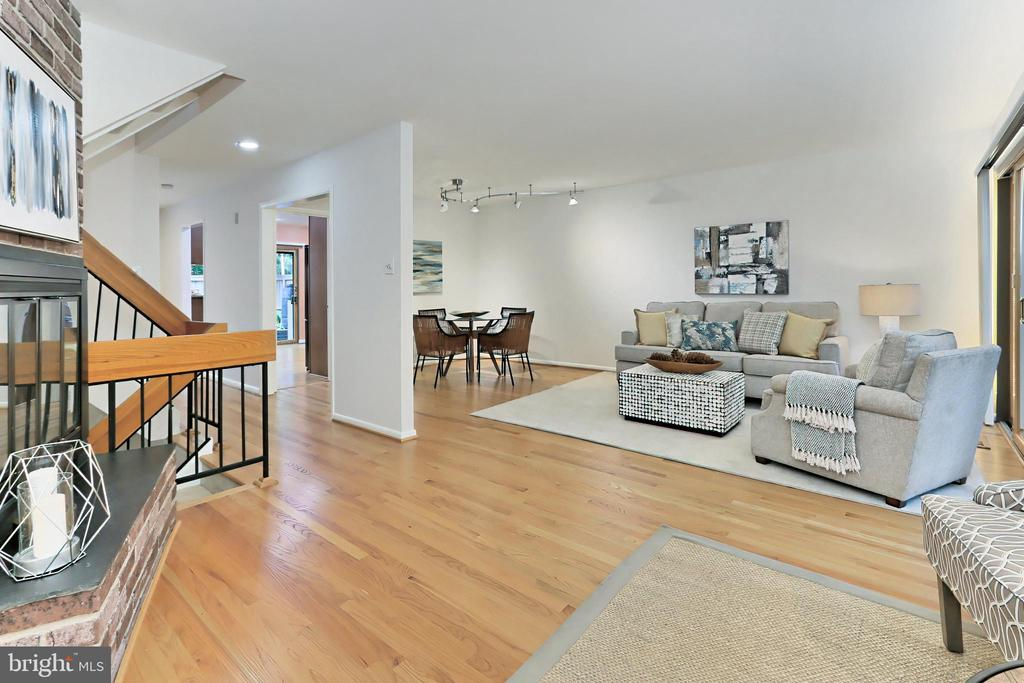 Main level with ample space to fit your lifestyle - 11704 NEWBRIDGE CT, RESTON