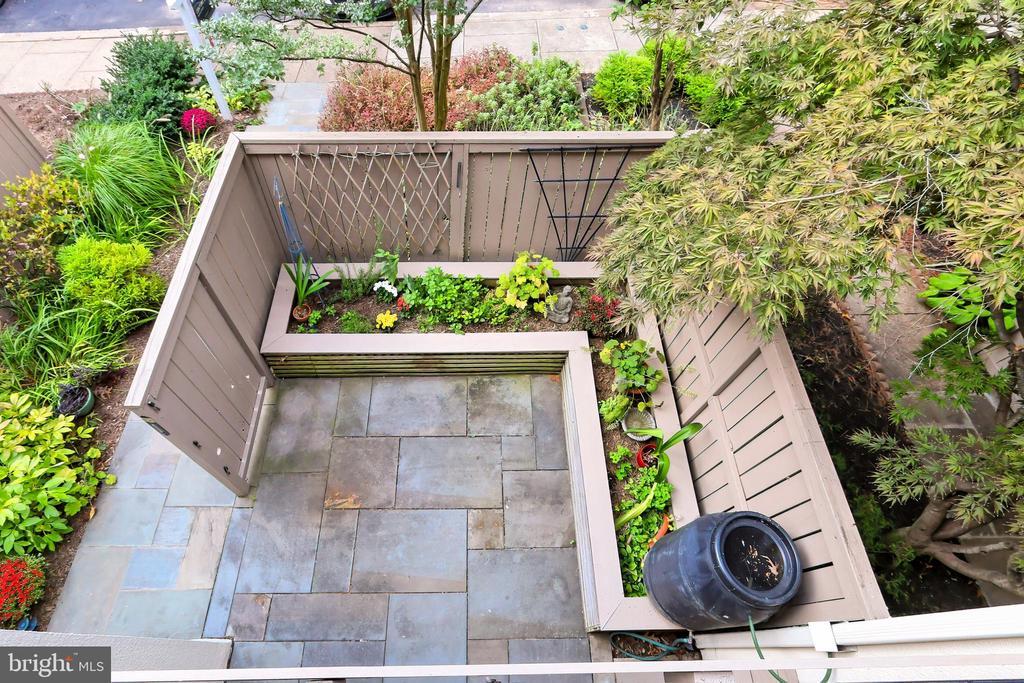 View of the front patio - 11704 NEWBRIDGE CT, RESTON