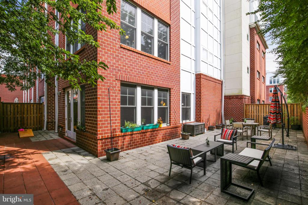 Roughly 1,000 sq ft of PRIVATE outdoor space! - 1418 N RHODES ST #B-112, ARLINGTON