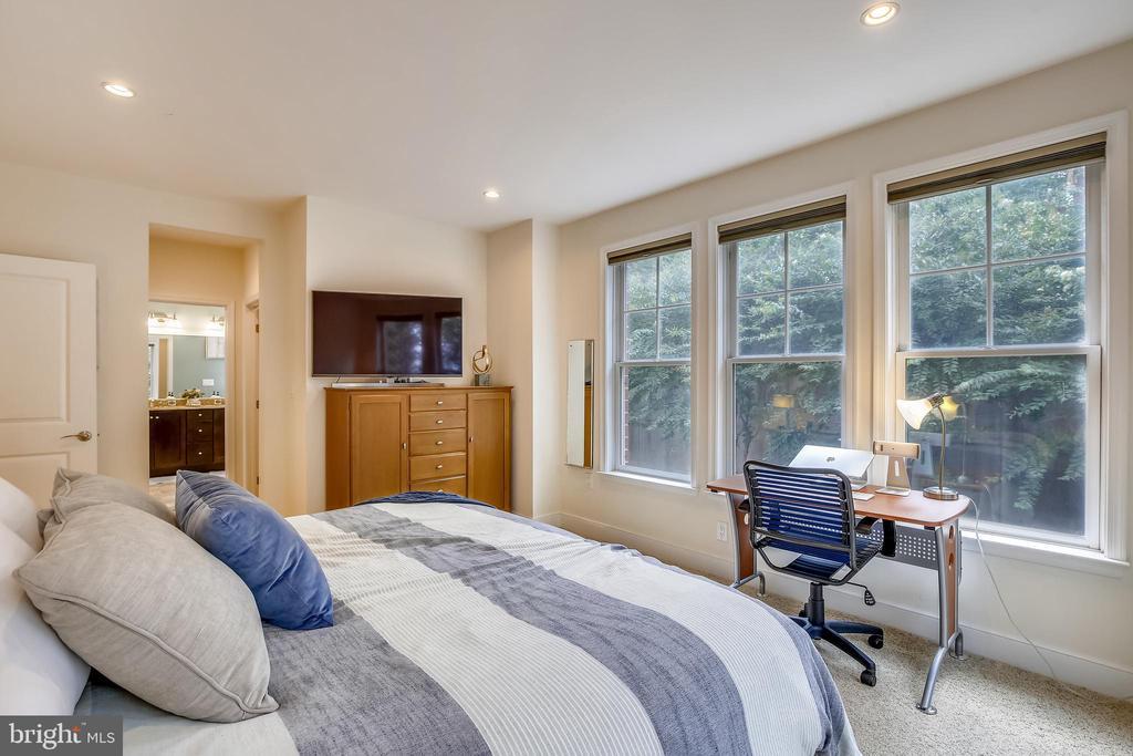 Spacious room that easily fits a king bedroom set - 1418 N RHODES ST #B-112, ARLINGTON