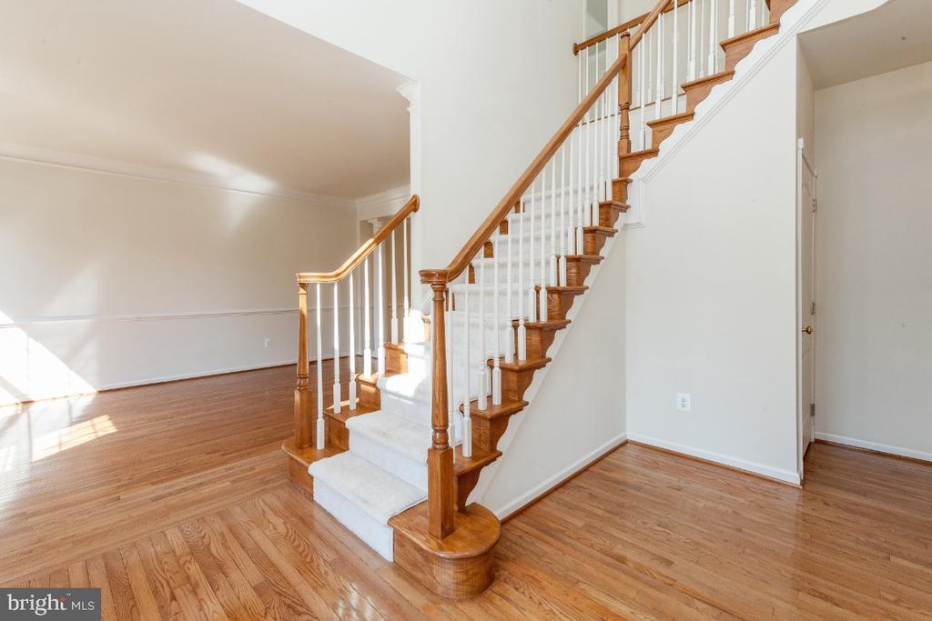 Stunning Hardwood floors on main level - 47430 RIVERBANK FOREST PL, STERLING