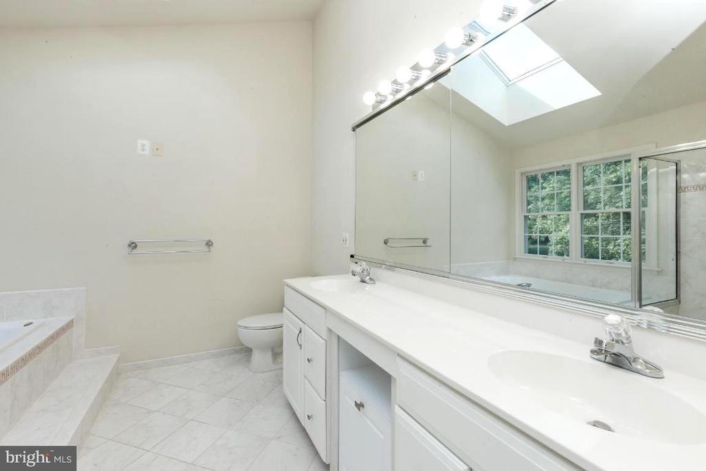 Owners bathroom - 47430 RIVERBANK FOREST PL, STERLING