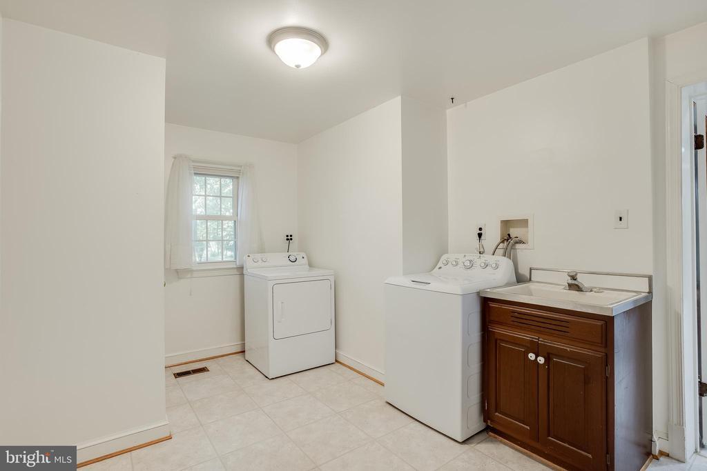 Spacious Mud/ Laundry Room - 13127 COLTON LN, GAITHERSBURG