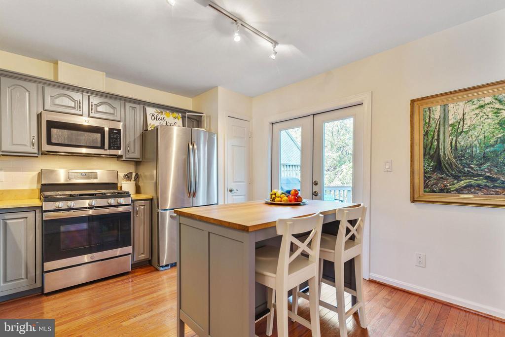 Kitchen with Breakfast bar - 717 KENT OAKS WAY, GAITHERSBURG