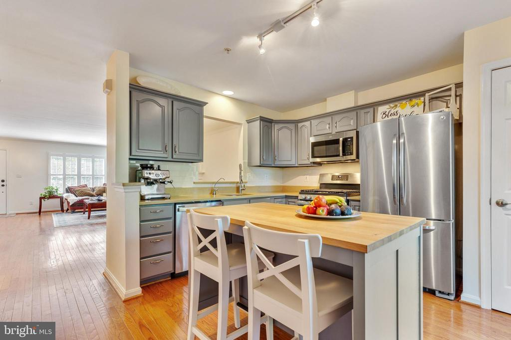 Updated with Stainless steel appliances - 717 KENT OAKS WAY, GAITHERSBURG
