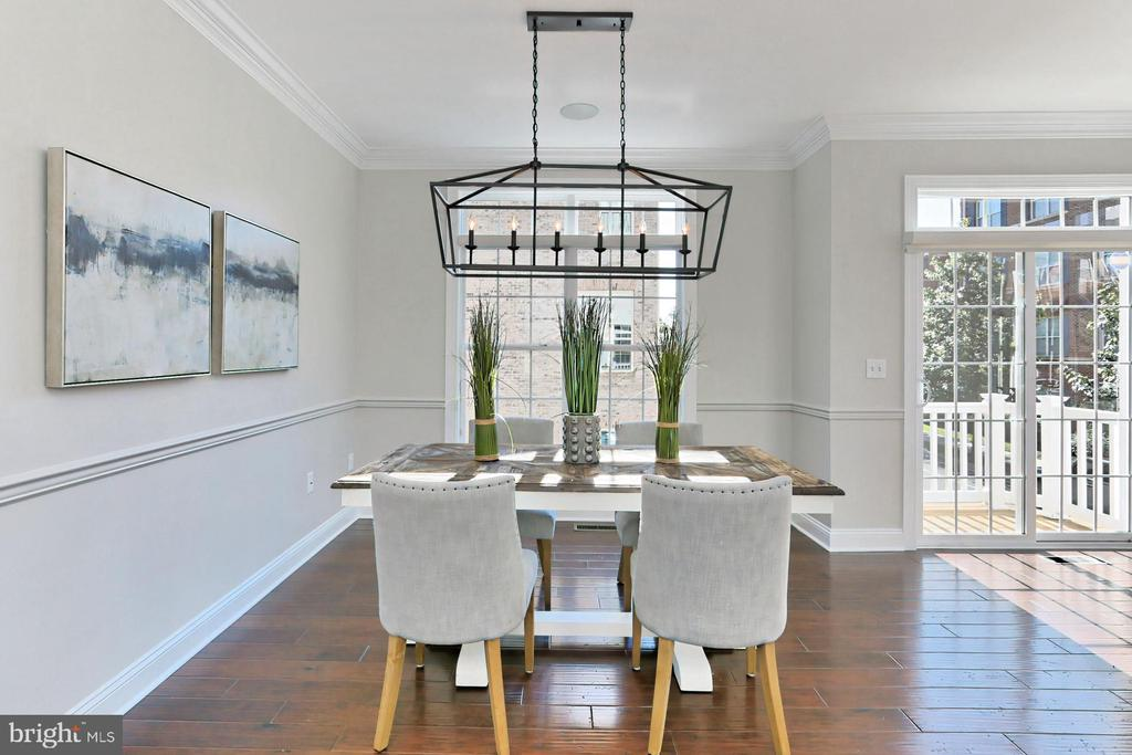 Room for formal dining and entertaining guests - 4348 4TH N, ARLINGTON