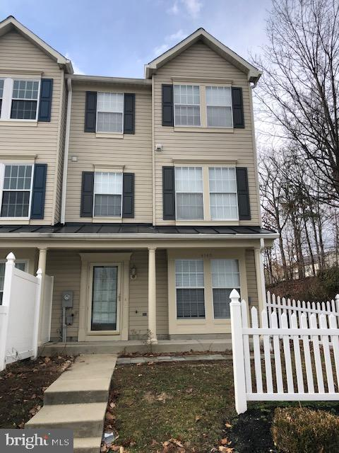 AVAILABLE NOW! DELIGHTFUL END-UNIT TOWNHOME IN A GREAT LOCATION!! NEW HVAC, BRIGHT, LIGHT-FILLED INTERIOR, AND HUGE PENTHOUSE MASTER SUITE WITH BATH WITH SOAKING TUB AND WALK-IN CLOSET!! ALL APPLIANCES INCLUDING WASHER/DRYER! PERFECT MOVE-IN CONDITION AND READY TO CALL HOME!! SEE IT TODAY!!
