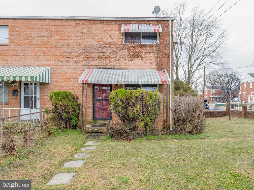 """INVESTOR ALERT***NEEDS WORK***Will not qualify for FHA or conventional financing,***3 level duplex with over 1,150 sqft above ground. It has 3 bedrooms and 1.5 baths. Kitchen has been removed. Possible discoloration located in property. Located near Shirlington, Four Mile Run trails & Parks, Columbia Pike, Glebe Road, Min. to DC, Ballston Commons, Pentagon City and the new Amazon Headquarters. Schedule your showing today, this one will sell quickly! *AGENTS-Register & Submit offers to~www.propoffers.com* Owner & nonprofit buyers only for the first 20 days. Investor offers reviewed starting day 21. Property sold strictly """"As-Is."""" Buyers will be required to sign an occupancy cert. Selling Agent or Buyer to pay $360 offer management/technology fee at closing.~ Buyer to verify everything-fees, hoa, condo, amenities, parking, utilities, rules, etc. *NOTE: Agents, potential buyers and their guests must complete waiver of liability form prior to entering property. Waiver can be accessed in *Documents* Further instructions for showing can be found there."""