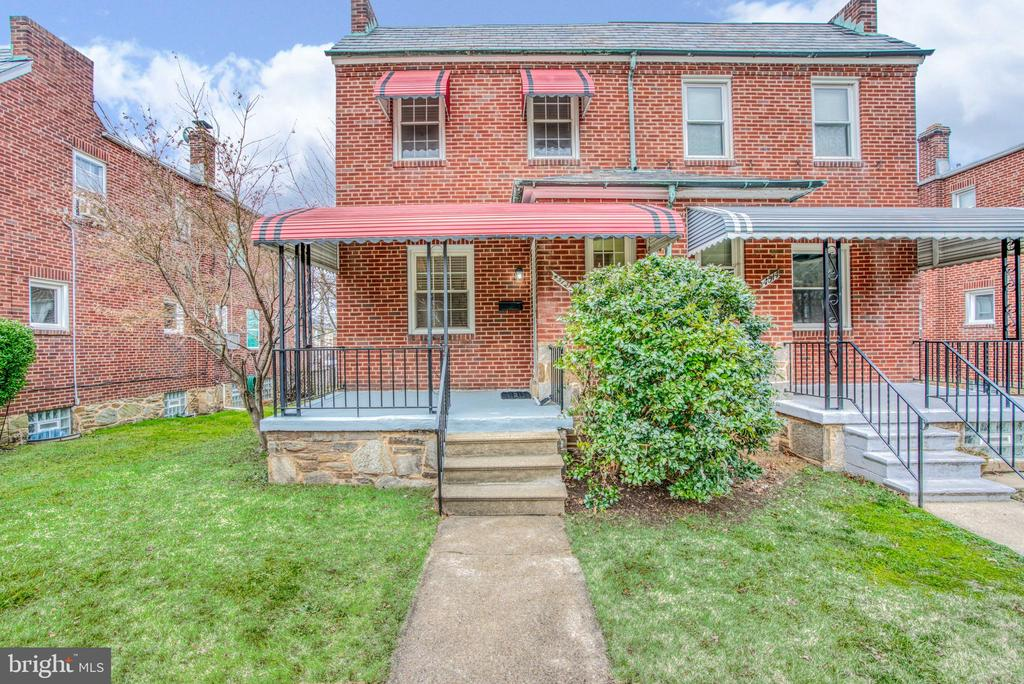Great semi detached home w/ parking! recently renovated kitchen and baths. Finished basement, beautiful hardwood flooring and 2 full baths. Located close to all the Hamilton shops, restaurants, and amenities. All this at a great price!!