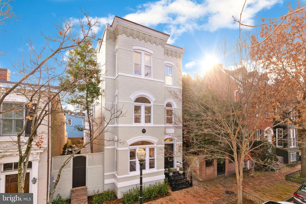 OPEN HOUSE CANCELED! Fully detached on cobble stone street with large garden and parking! Awash in natural light and whole floor Master suite with private deck featuring Monument and Va skyline. 4BR/5.5BA in turn key condition!