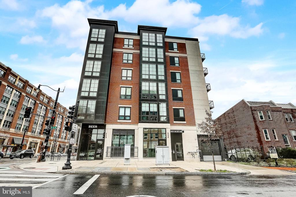 Gorgeous 1 bed/1 bath condo in the heart of H St Corridor and just 1 block from Union Station! Enjoy an open floor plan with hardwood floors, private balcony and modern finishes throughout! Floor to ceiling windows drench the unit with abundant light! Chef's kitchen boasts Quartz counters with breakfast bar seating, custom backsplash and stainless steel appliances.  Spacious master bedroom with custom tiled luxury bath. Washer/dryer in unit. Enjoy convenience with everything at your doorstep! Directly across from Giant, 1 block to Union Station, 2 blocks to Whole Foods and a wide variety of restaurants and entertainment just steps away.
