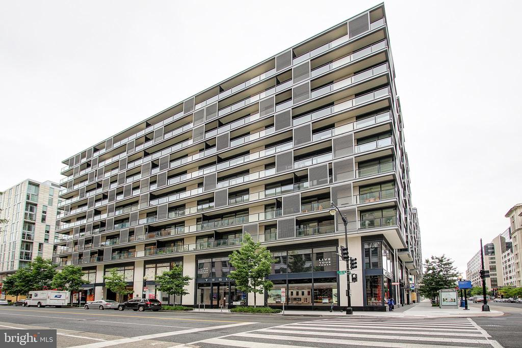 A MEMBER OF OUR TEAM IS AVAILABLE TO SHOW THIS PROPERTY SEVEN DAYS A WEEK. Don't miss your chance for sophisticated urban living at this stunning City Center condo . Beautiful 1 BR, 1BA unit with highly sought-after plaza views + parking. Open design with modern finishes. Imported Molteni cabinetry, hardwood flooring, gourmet appliances and upgraded lighting. Five-star amenities include 24-hour concierge, doorman, roof terrace w gas grills, fitness center, guest suite, social lounge and more. Perfect location near everything DC has to offer.