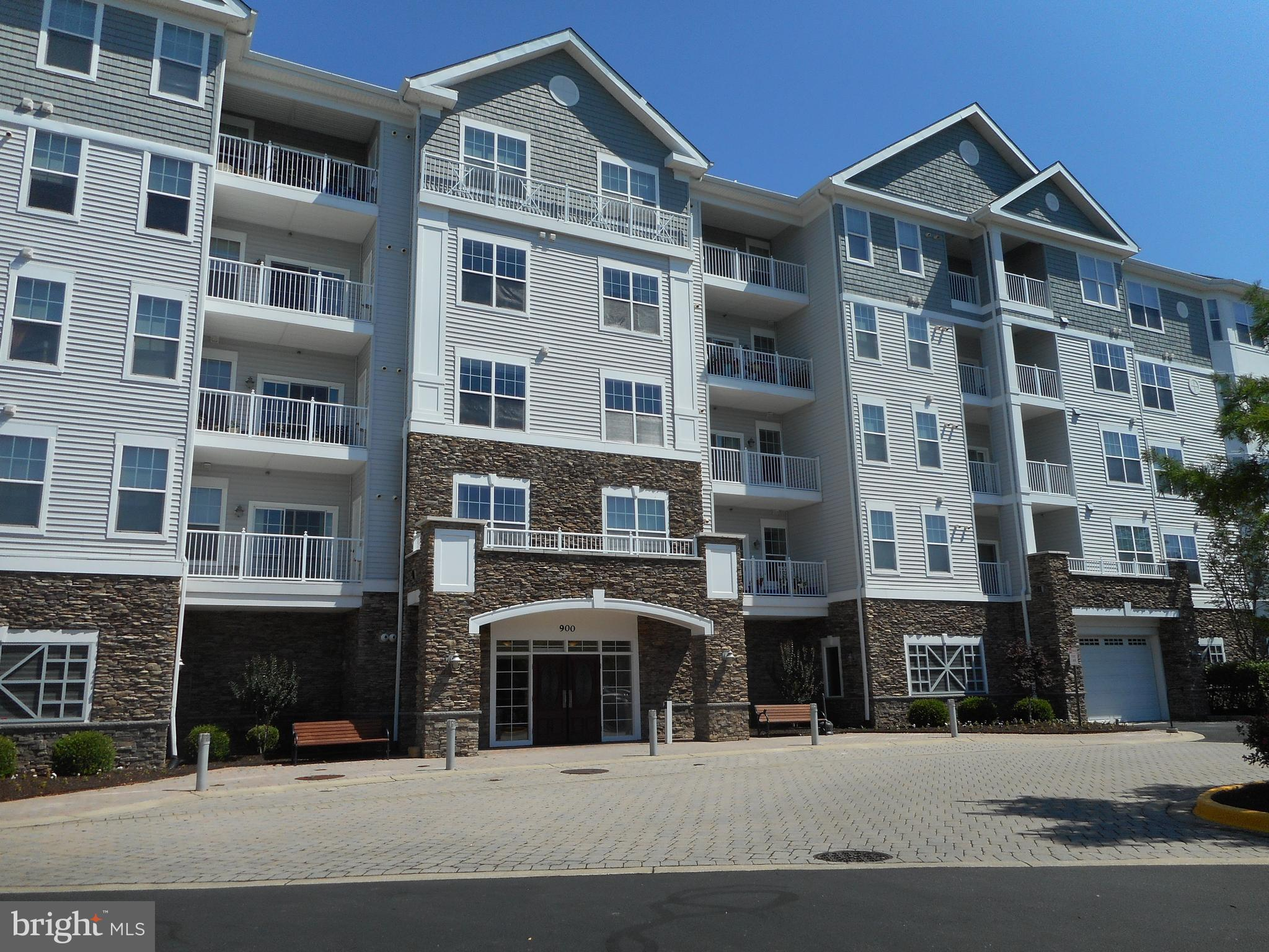 A beautiful 2 bedroom, 2 bath condo in the gated , waterfront community of Deep Harbour.  Enjoy water views, the pool, and be close to downtown restaurants and shopping.