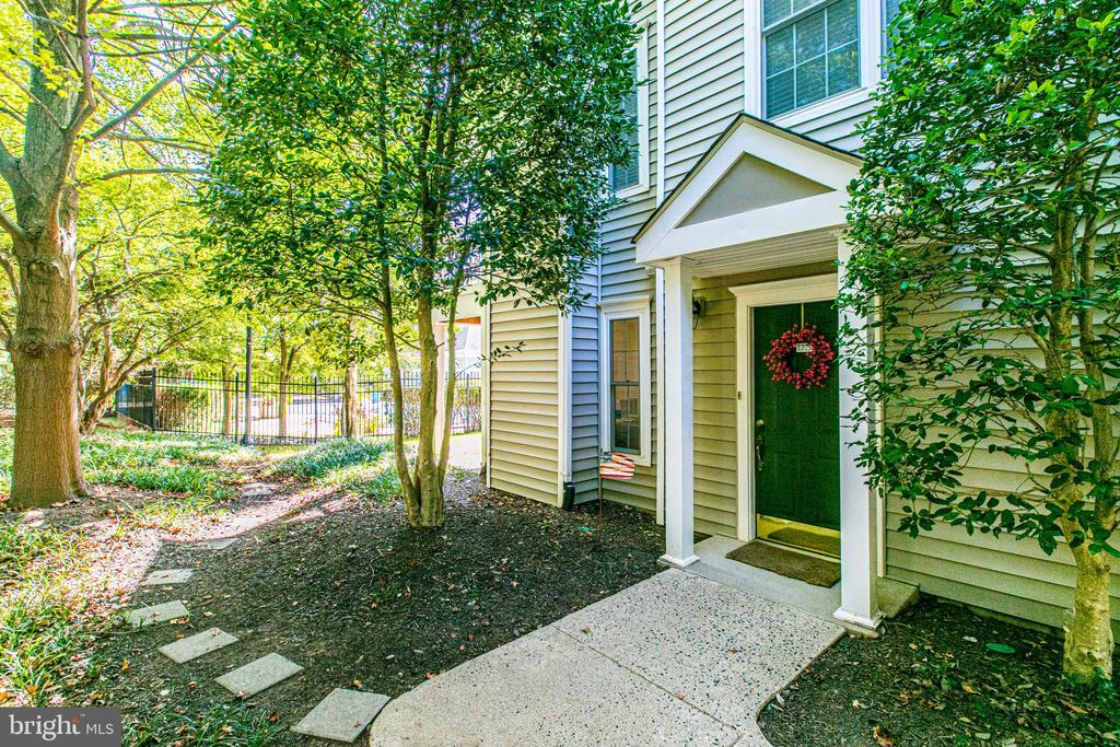 12757 Fair Briar Ln, Fairfax, VA 22033