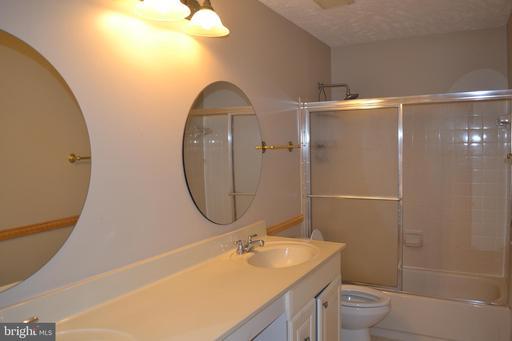 6910 Confederate Ridge Ln Centreville VA 20121