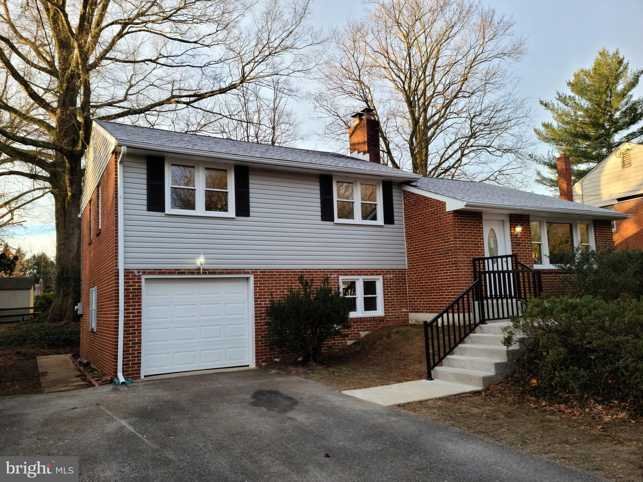 Beautifully uodated home in Newark. Main level has newly refinshed hardwoods, an open floor plan with a gorgeous Kitchen done in gray cabinets, granite countertops, huge island, and a new stainless package. Upstairs there are 3 bedrooms and 2 full bathrooms completely accented in tile. There is also a partial finished basement, garage,  and large backyard.