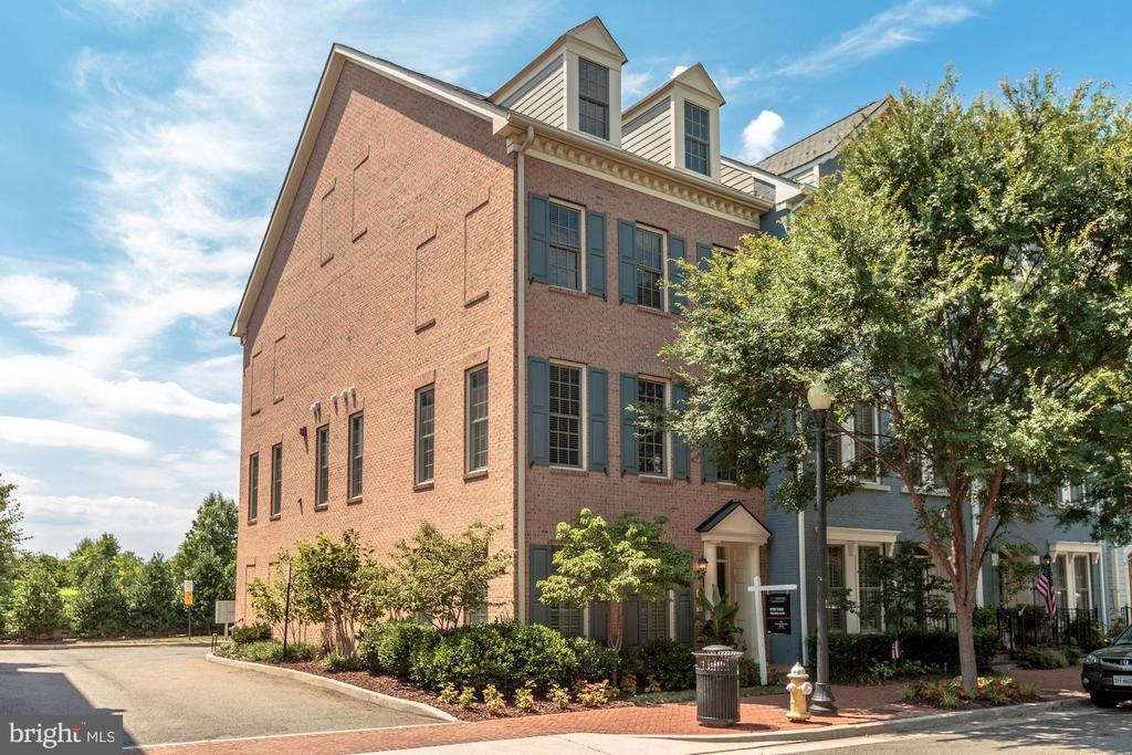 1840 Potomac Greens Dr, Alexandria, VA 22314