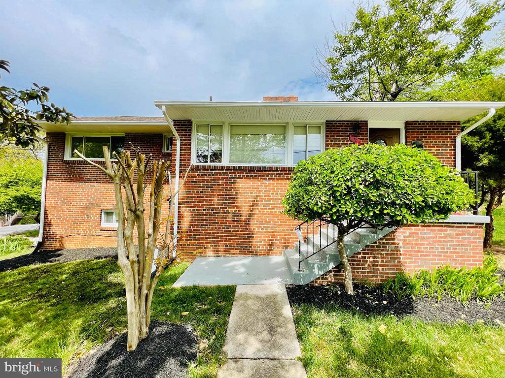 Nice Sunny and bright. easy access to HWY.  Totally remodeled in 2018 ( New roof, Bathrooms, Kitchen, Appliances, Doors, Carpet, A/C Unite, Water Heater, Paint ) .  View across the Potomac River with sightings all the way to the Masonic Temple in Old Town Virginia! Wide streets. minutes from ( VA / DC) Line. Move in ready. Please submit all offers to kandeel28@yahoo.com. any questions please call (703)477-3393.