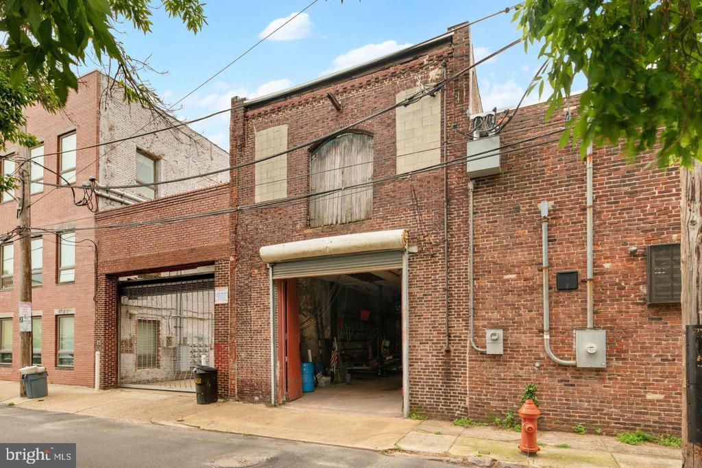 Rare finding in the city ,big Warehouse for rent, mutible use ,you can rent part of  it , or you can rent the whole space !Call for the details!