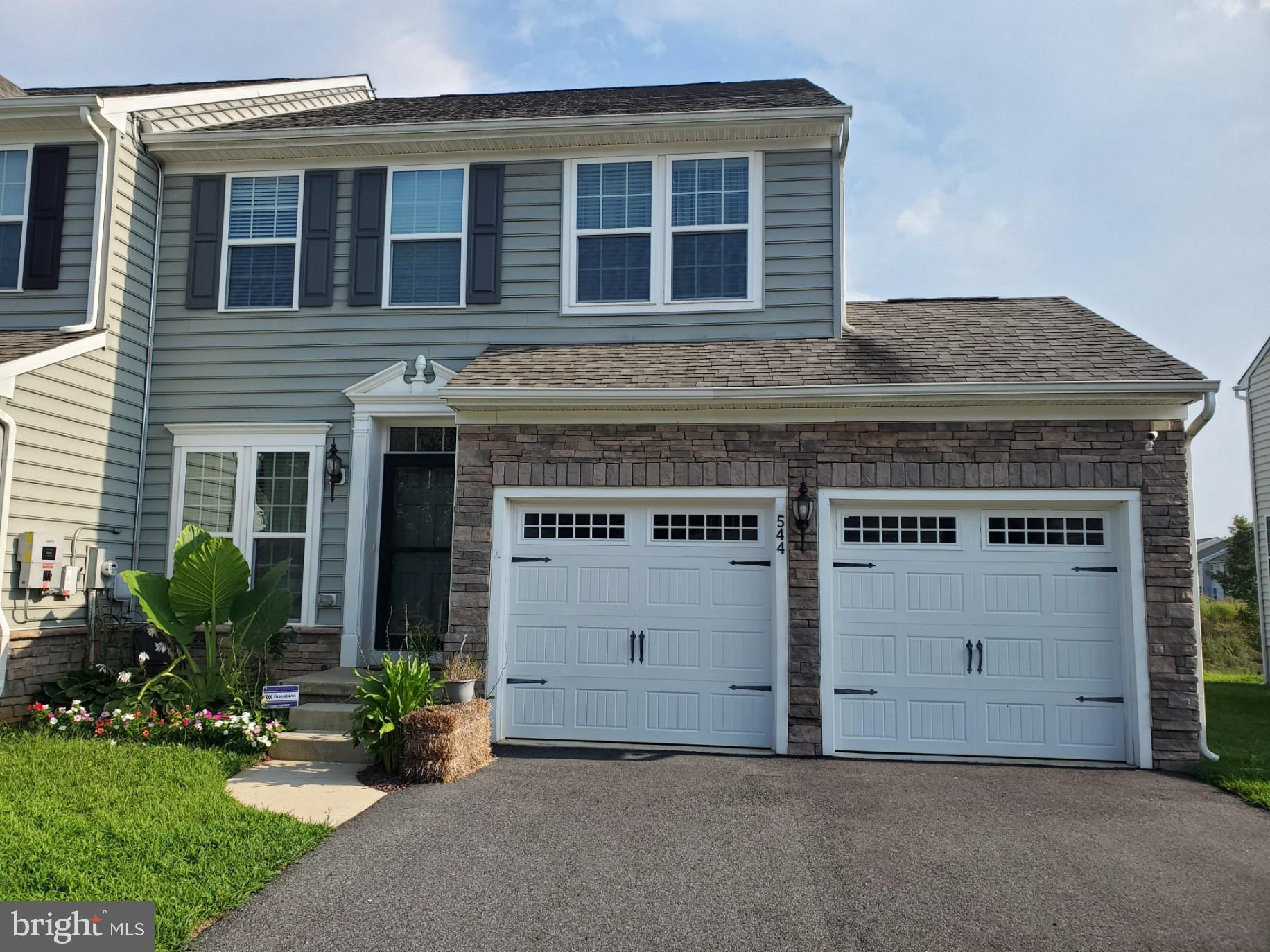 Gorgeous end unit townhome in Canal View!  All offers must be submitted by 5:00 p.m. on Friday, September 17.